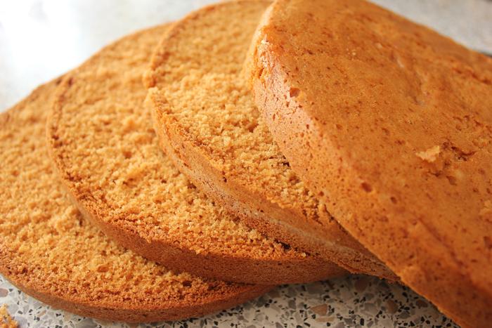 Медовый бисквит, порезанный на коржи