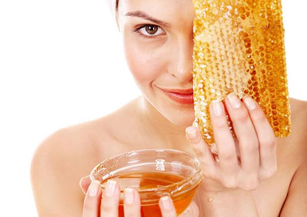 Мёд в женских руках