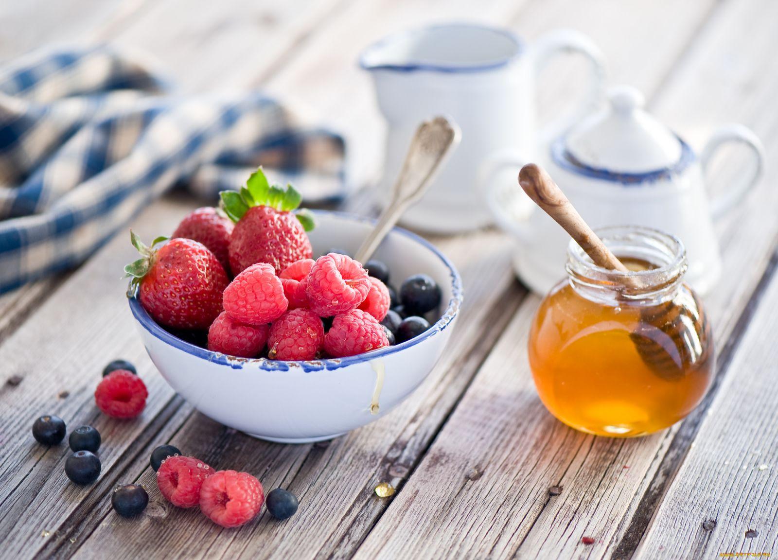 Перетираем ягоды малины с медом
