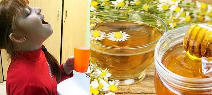 Полоскание горла медом и ромашкой