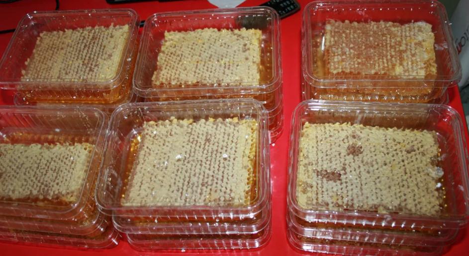 Мед в сотах в пластиковых контейнерах