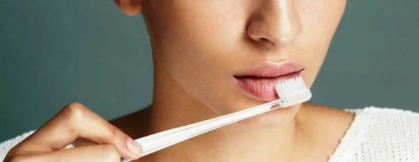 Нанесение скраба зубной щеткой