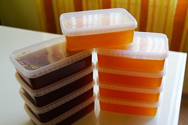 Разные сорта меда в пластике