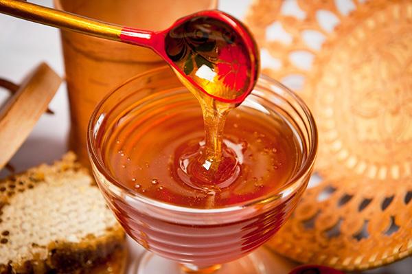Мед стекает с поварешки