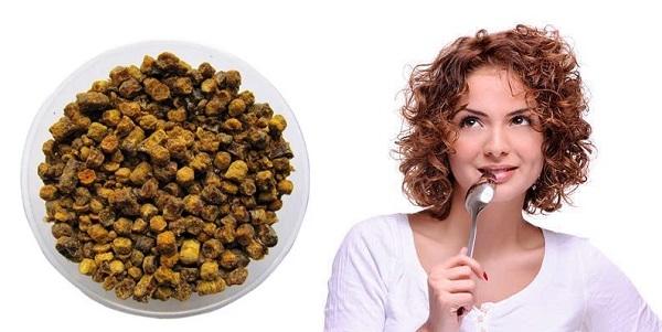Женщина ест прополис